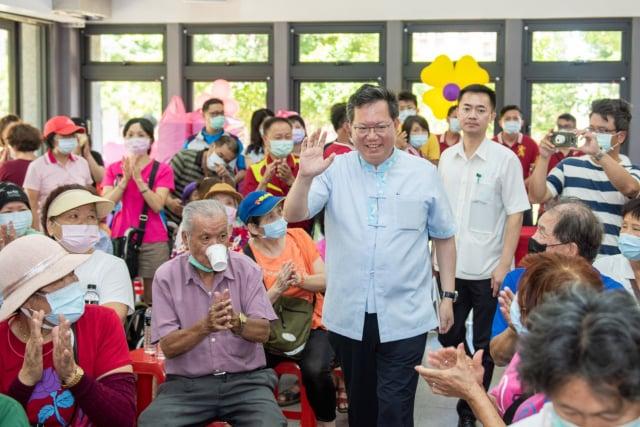 桃園市長鄭文燦到大漢市民活動中心,向市民問好。(桃園市府新聞處提供)