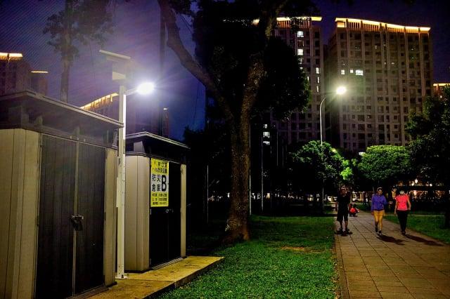 太陽能照明安裝後,讓公園民眾有一個明亮的路燈