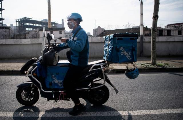 隨著二次疫情在北京的全面爆發,快遞小哥全被強制檢測。示意圖。(Getty Images)