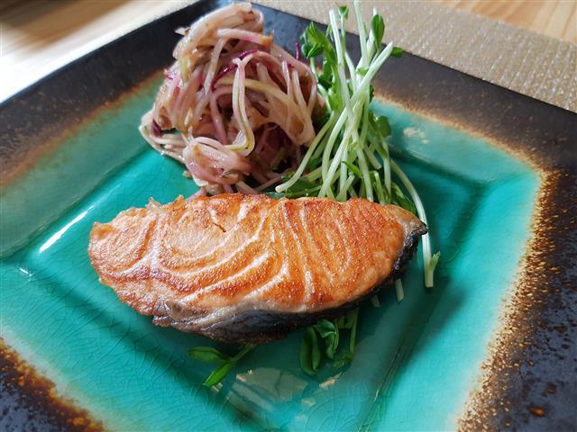 茶油香煎鮭魚。(油好蒔光提供)