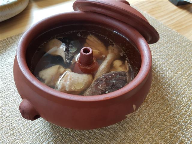 苦茶油香菇雞湯。(油好蒔光提供)