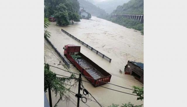 6月23日,重慶綦江區安穩鎮的同華大橋被洪水淹沒。(受訪人提供)