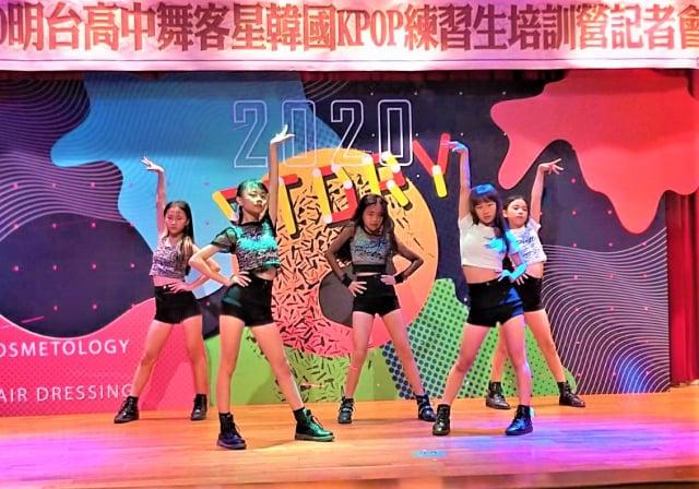 明台高中舉辦韓國K-POP練習生培訓營,找來專業培訓經紀公司開設舞蹈、歌唱的基礎發聲與律動課程。(記者黃玉燕/攝影)