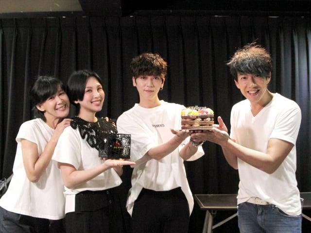 活力DJ阿娟(左)、夜貓DJDennis(右)、魏如萱(左二)一同為Bii畢書盡慶生。