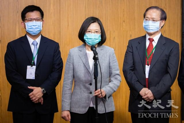 中共全國人大常委會30日表決通過「港版國安法」。對此,中華民國總統蔡英文(中)表達相當失望,更證明「一國兩制」不可行。(記者陳柏州/攝影)