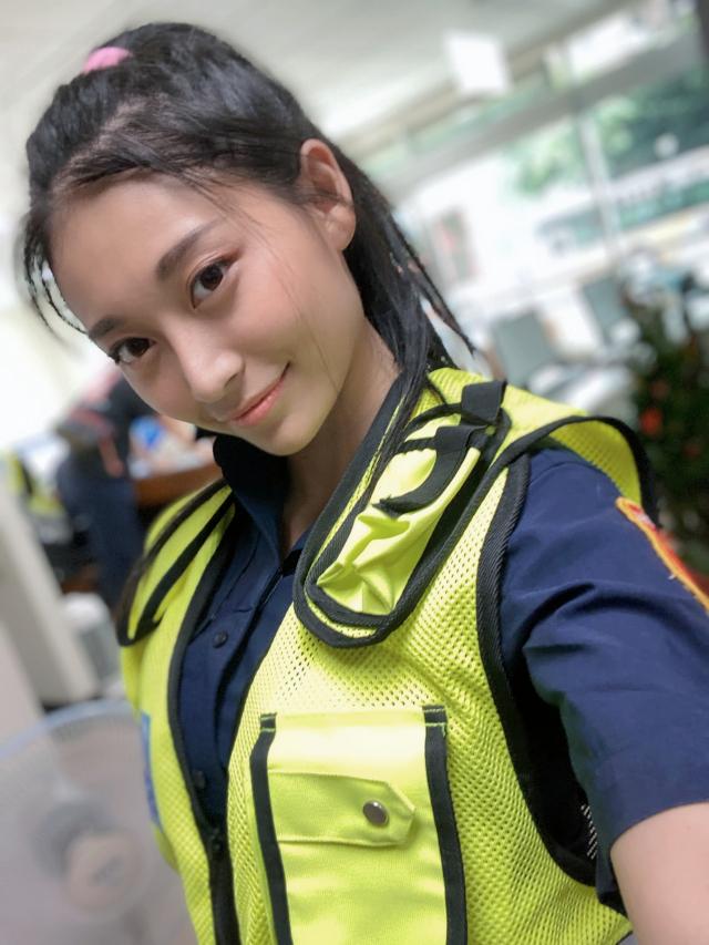 國民女友祈錦鈅受新北市政府警察局的邀請化身女警拍攝宣導反毒影片。