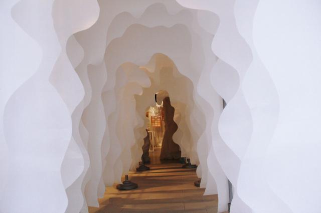展廳入口——紙隧道,帶領觀眾漸漸走入溫暖純粹的冰屋意象。(臺中市纖維工藝博物館提供)