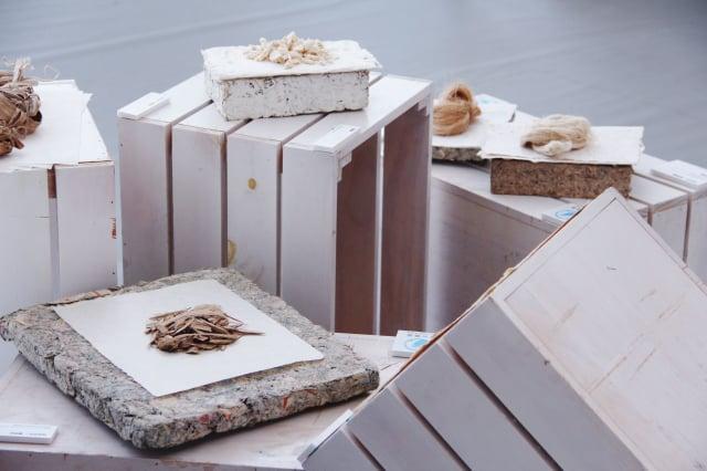 胚胎區展場,展示紙的前身,有許多常見的造紙素材,並有聲光投影介紹製紙的過程。(臺中市纖維工藝博物館提供)