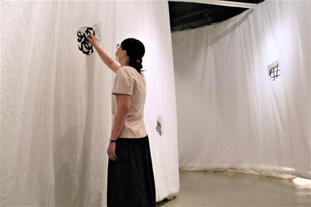 聲音藝術家紀柏豪,為特展量身打造了結合紙材與聲音的互動裝置「窸窣微聲」,讓觀眾親身體驗質材共振的感受,觸發個人關於紙的聲響記憶。