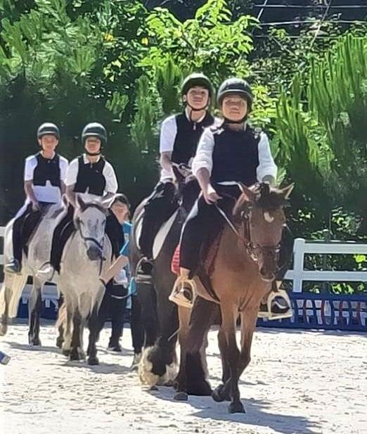臺中中坑國小的畢業典禮上,校方特別安排畢業生展現馬術教育的學習成果,讓13位畢業生騎馬登場。(臺中市政府提供)