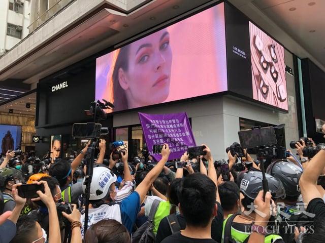 7月1日下午,港警在銅鑼灣街頭舉「紫旗」,警告在場人士違反《香港國安法》。(記者張曉慧/攝影)