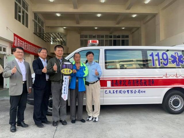 出席善化消防隊救護車捐贈儀式 林志展(中)。(服務團隊提供)