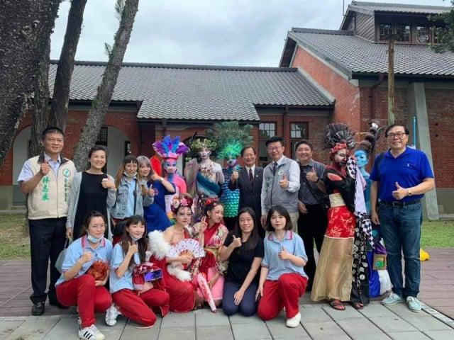 與弱勢家庭孩子,參訪山上花園水道博物館。(服務團隊提供)