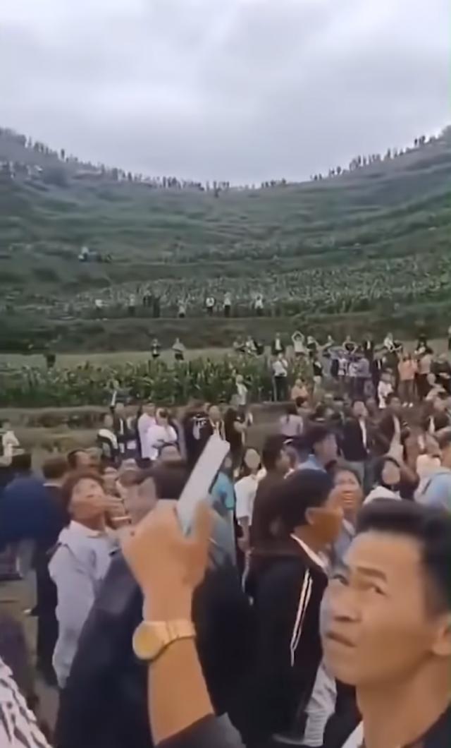 近日,貴州秀水鎮堅強村附近山谷連續幾天傳出奇怪的叫聲,引發不少人到此圍觀。(網路影片擷圖)
