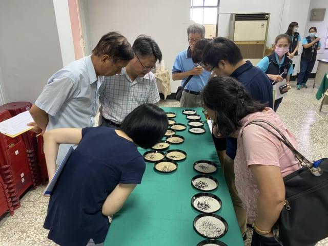 評審團進行糙米、白米外觀規格品質等,十多項檢驗項目分析測定。