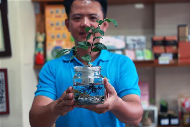 「花間茶語」柚香紅茶,花香系列吸引年輕族群,DIY小茶魚栽,更增添生活樂趣。(攝影/曾漢東)