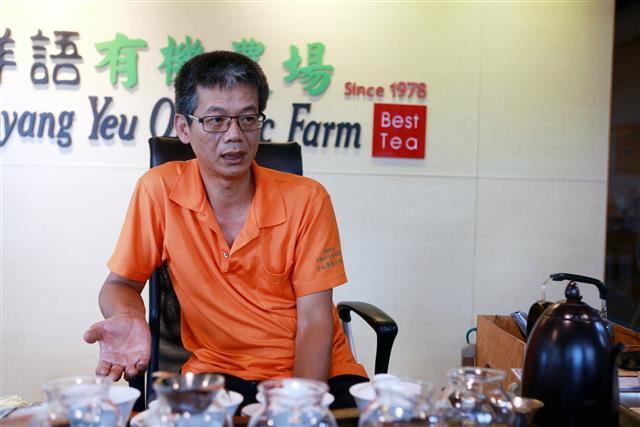 「祥語茶園」主人劉向群介紹有機茶葉的珍貴。(攝影/曾漢東)