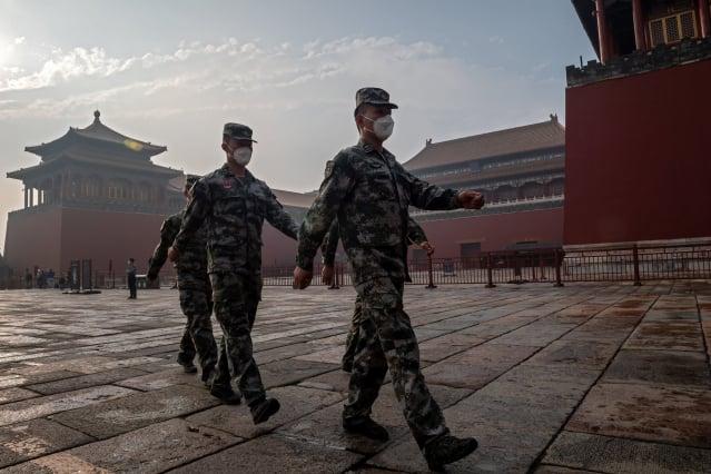 中共軍方所謂「零感染、零死亡」的說法備受外界質疑。 (NICOLAS ASFOURI/AFP via Getty Images)