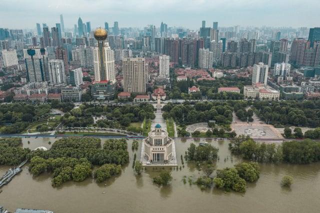 長江流域暴雨不斷,中國各地水災已經持續一個多月。圖為武漢一景。(Getty Images)