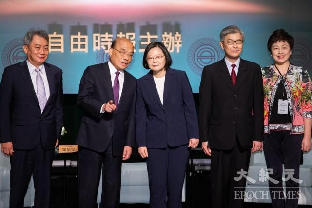 總統蔡英文(中)、行政院長蘇貞昌(左2)、金管會主委黃天牧(右2)等人,31日出席2020台灣資本市場論壇開幕式。(記者陳柏州/攝影)