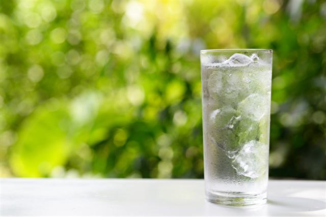 雖然冰水喝起來似乎很過癮,但是如果長期飲用,會對身體帶來傷害;而且冰水在降於常溫後,傷身程度比未曾冰凍過的冷水更甚。所以為了身體的健康著想,冰水還是少喝為妙!(Shutterstock)