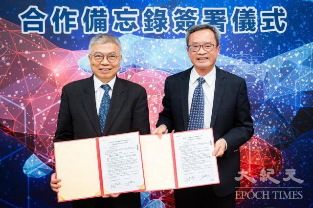 臺北科技大學校長王錫福(左)、台積電副總經理廖永豪(右)6日共同簽署「半導體設備工程產業學程」合作備忘錄。(記者陳柏州/攝影)