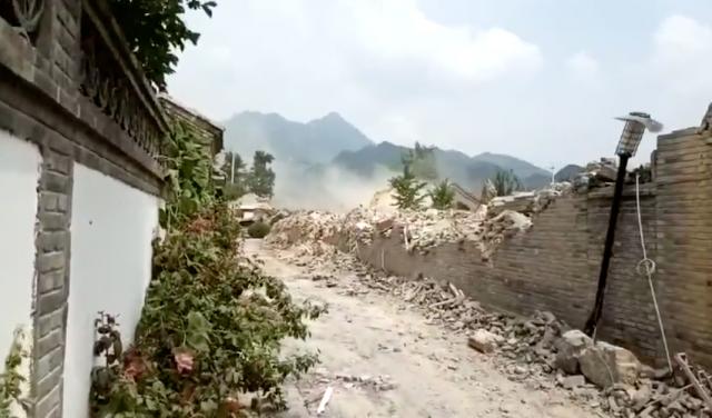 懷柔區水長城老北京四合院,7月28日、8月4日凌晨,大型機具、人員強行進入小區強拆。(網路影片擷圖)