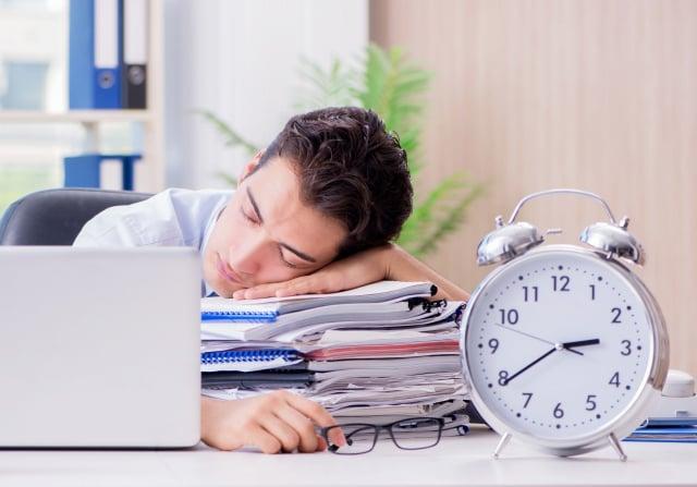 研究顯示,小憩20~30分鐘對增強警覺性、注意力,改善情緒都有幫助。(Shutterstock)