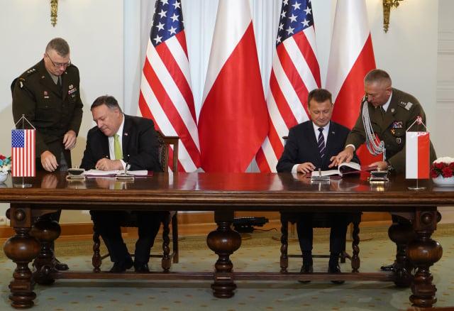 美國國務卿蓬佩奧8月15日與波蘭國防部長簽署防務協議。(JANEK SKARZYNSKI/various sources/AFP)