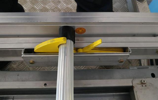 桃園配發美式NFPA認證消防梯「感熱貼紙」,周遭溫度超過150度將會變色,可提醒消防人員調整救援策略,確保行動安全。(桃園市府消防局 提供)