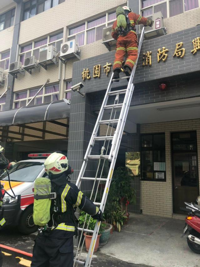 桃園配發美式NFPA認證消防梯「感熱貼紙」,周遭溫度超過150度將會變色,可提醒消防人員調整救援策略,確保行動安全。
