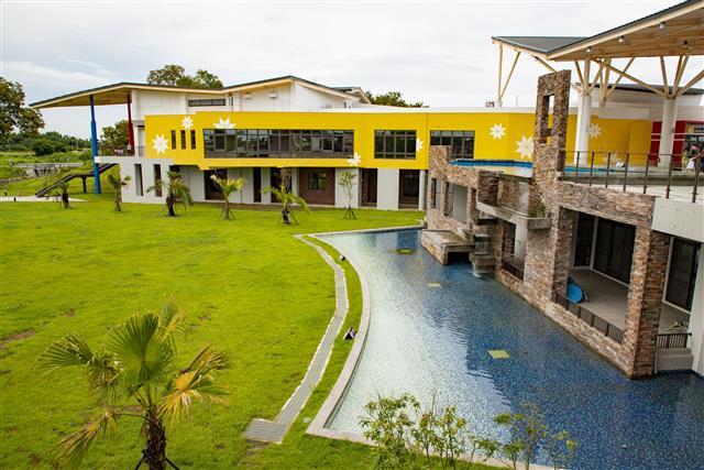 西拉雅國家風景區|官田遊客中心|建築以特有產業顏色芒果黃及稻穗黃為主要色調,增添明亮感,再襯托藍天白雲背景,倍感和諧。(西拉雅國家風景區管理處提供)