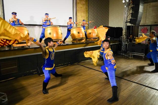 屏東富而有德餐會,由新唐人旗鼓隊氣勢磅礡的演出,為活動揭開序幕。(記者羅瑞勳/攝影)