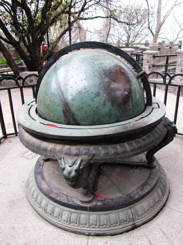 南京紫金山天文台陳列的可以演示天象運轉的渾天儀。(維基百科)