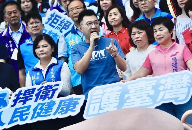 國民黨主席江啟臣(前中)6日在國父紀念館外舉行記者會宣布,正式啟動反對含萊克多巴胺美豬進口公投連署。(中央社)