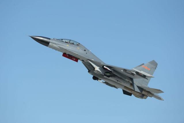 中共軍機頻繁擾臺,截至20日為止,已連3天闖入我航空識別區,總統蔡英文更表態此舉為「武嚇」。圖為共軍殲11B戰機。(STR / AFP via Getty Images)