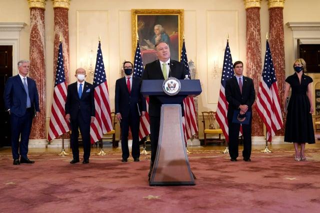 美國國務卿蓬佩奧(前中)9月23日在威斯康辛州議會的演說上,譴責中共干擾加州議會聲援法輪功的決議案。資料照。(PATRICK SEMANSKY/POOL/AFP via Getty Images)