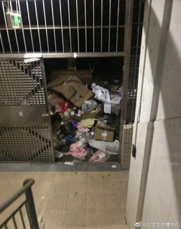 宿舍樓下垃圾成小山。(受訪人提供)
