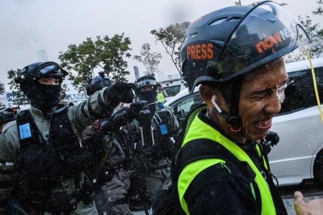 港警宣布修訂《警察通例》「傳播媒體代表」定義,變相禁止媒體採訪,香港記者協會等傳媒工會24日要求取消修改定義,否則不排除採取法律行動。圖為示意圖。(ANTHONY WALLACE/Getty Images)