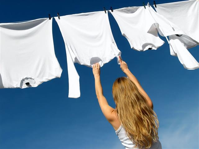 魚樂環保超濃縮洗衣粉有效分解汗水、污垢等,讓衣服越洗越亮白。(123RF)