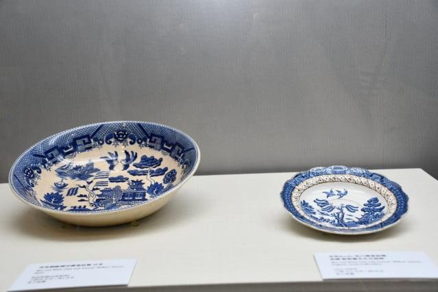 (左到右)青花銅版轉印柳葉紋盤(日本)、青花 Booths 花口柳葉紋碟(英國)。(記者賴月貴/攝影)