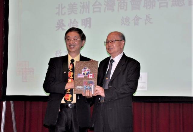 北美台灣商會總會長吳怡明(左)、致贈紀念禮物予台灣產科會副理事長莊凱中(右)。