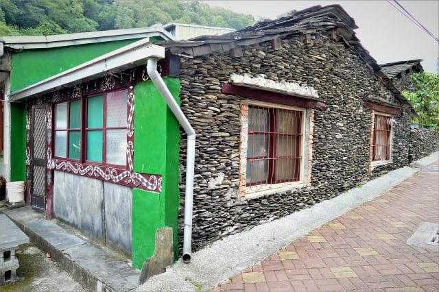 多納部落的族人都會利用溫泉溪採集而來的黑頁岩搭蓋石板屋,是一棟會呼吸的綠建築。(攝影/賴瑞)