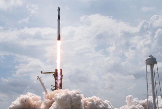 美軍近日宣布,與太空探索公司SpaceX達成開發太空貨運網的協議。圖為5月30日SpaceX火箭升空。(Joe Raedle/Getty Images)