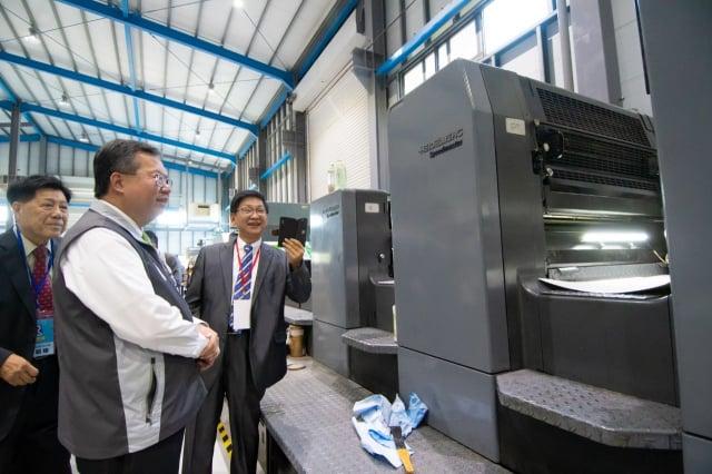 桃園市長鄭文燦參訪紅藍彩藝印刷公司。