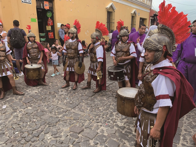 「聖週」顧名思義就是慶祝耶穌復活的日子,許多人扮成羅馬士兵跟著聖轎遊行。(四塊玉文創出版社提供)