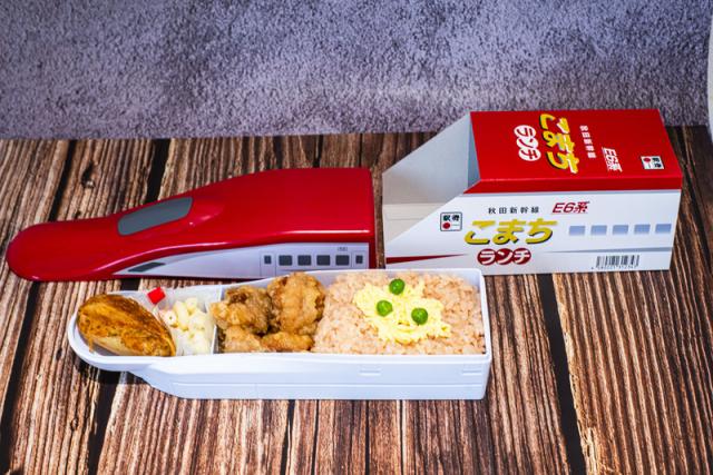 JR東日本公司帶來2款「紅色E6系」及「藍色E7系」新幹線外盒包裝便當。(台鐵局/中央社)