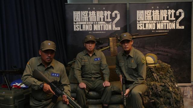 撒基努(左起)、趙正平、安俊朋著軍裝雄赳赳、氣昂昂,暢聊赴馬祖拍攝《國際橋牌社2》的甘苦。(國際橋牌社提供)