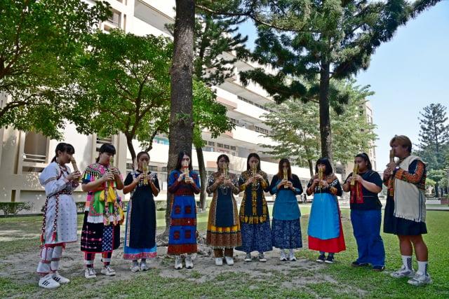 屏東大學原住民專班學生製作屬於自己的排灣族雙管鼻笛,笛聲悠揚校園。(屏東大學提供)
