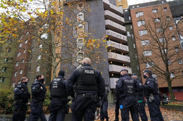 針對一年前德勒斯登博物館珍寶的盜竊案,大批警力11月17日凌晨在柏林18處地點展開突襲,並逮捕3名男子。(Sean Gallup/Getty Images)